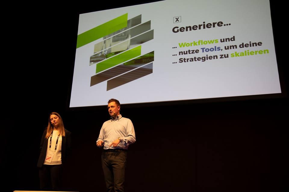 Alexander Geißenberger und Lisa Purrucker von xpose360 auf der Bühne der OMX